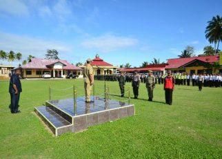 Bupati Kaimana, Matias Mairuma saat memimpin Apel Gelar Pasukan yang dilaksanakan di halaman Polres Kaimana.