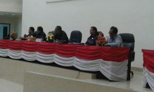 Anggota Komisi B, DPRD Kota Sorong saat melakukan diskusi dengan para nelayan
