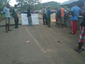 Akses jalan menuju TPU yang dipalang oleh pegwai honor dibantu warga sekitar
