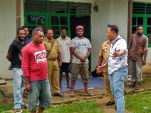 Kanit Reskrim Polsek Sorong Timur, IPTU Muhadi bersama Kepala Distrik Sorong Timur saat memberikan arahan kepada warga yang lakukan pemalangan.