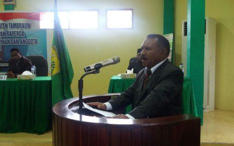 Bupati Tambrauw, Gabriel Asem saat memberi sambutan pada sidang paripurna