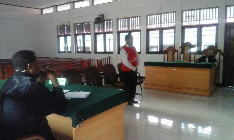 Thomas Eduard Tallahatu saat mendengarkan putusan majelis hakim pengadilan negeri sorong, Kamis 19 Oktober 2017