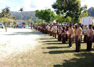 Upacara HUT Sumpah Pemuda ke 89 yang dipenuhi anak-anak sekolah.