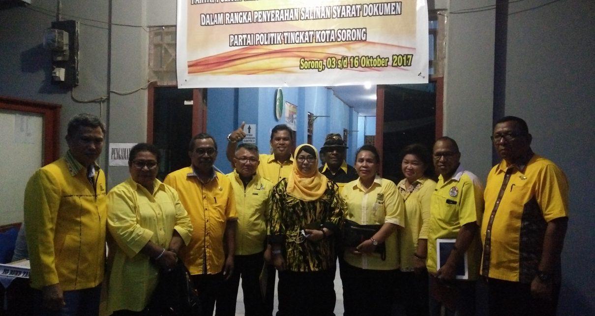 Pengurus DPD Golkar KOta Sorong foto bersama di kantor KPU Kota Sorong