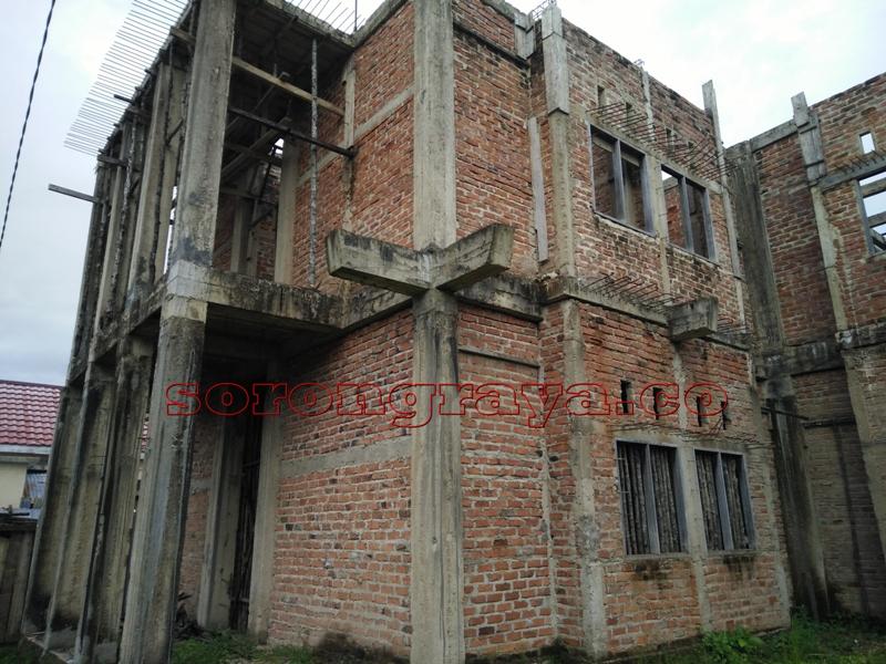 Tampak bangunan asrama mahasiswa bintuni yang tak kungjung selesai pekerjaannya