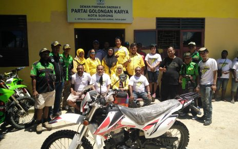 Tim Touring Beringin berpose bersama di Kantor DPD Golkar Kota Sorong