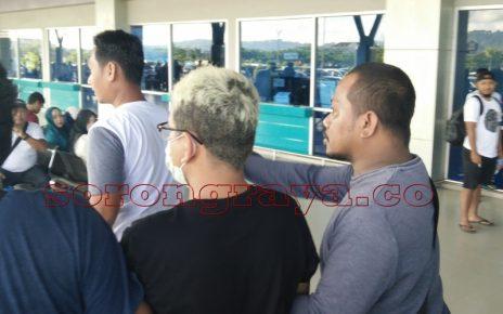 HPS saat digiring anggota Polres Aimas dari Bandara DEO Sorong menuju Polres Aimas