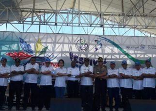 Berpose bersama para pejabat usai pembukaan festival bahari di raja ampat