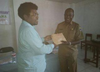 Mervin Sadipun Komber saat memberikan bantuan kepada OSIS yang diterima pak guru