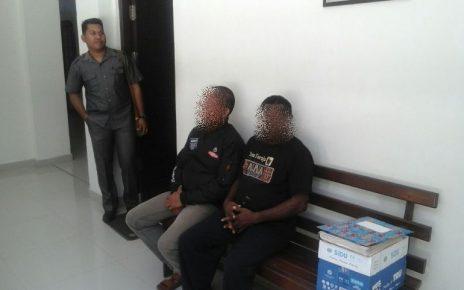 Dua tersangka HLS dan AA saat duduk di Bangku Kejaksaan negeri sorong