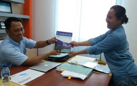Rany Iriani, Ketua HPI Raja Ampat saat menyerahkan majalah kepada Yusdi Lamatenggo, Kepala Dinas Pariwisata Raja Ampat