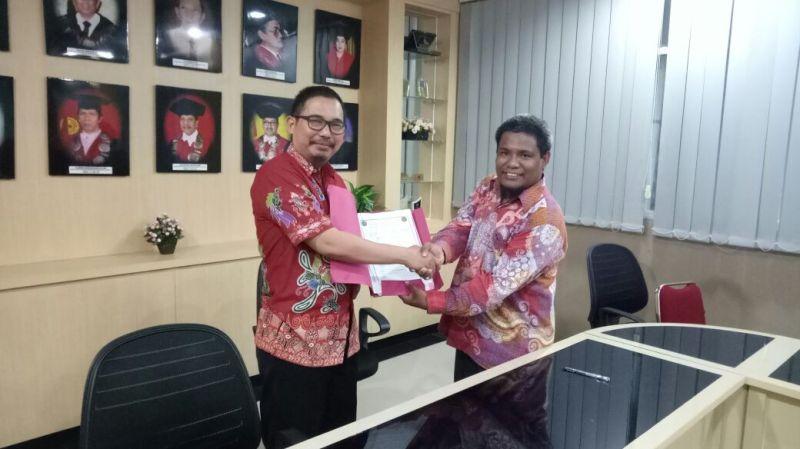Dekan FH-UMS, Kariadi saat menandatangani MoU dengan Dekan FH Universitas Muhammadiyah Jakarta, Dr Trisno Raharjo
