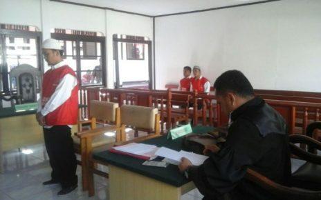 M. Haris Nasution saat mendengarkan vonis hakim di Pengadilan Negeri Kelas IIb Sorong. Rabu, 29 Nov 2017.