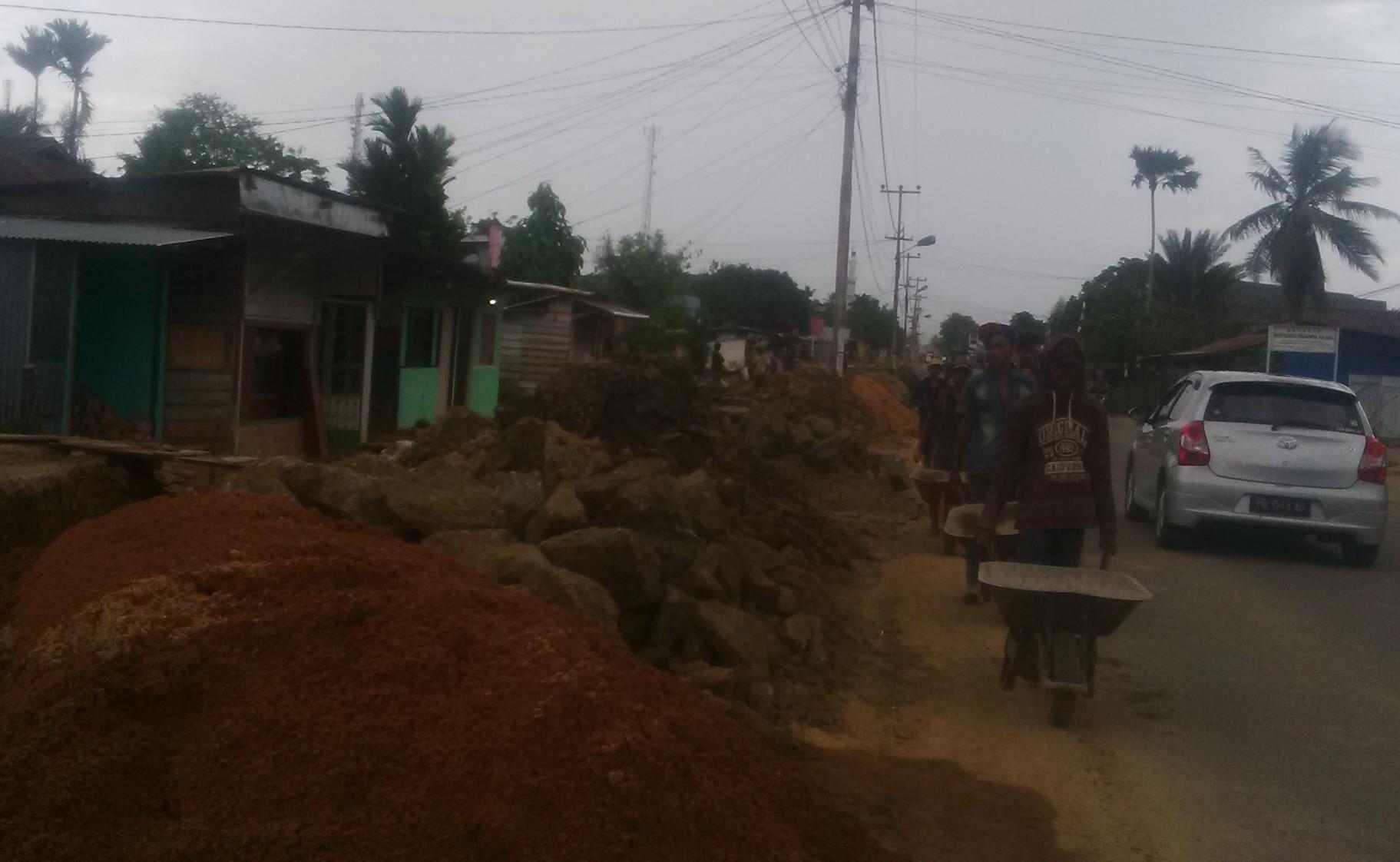 proyek normalisasi saluran parit yang di bangun sepanjang Jalan Nangka