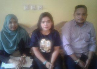 Mashita Idar (tengah) didampingi kuasa hukumnya.
