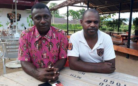 Yeremias Sedik, Sekretaris Partai Golkar Kabupaten Tambrauw (baju merah) didampingi rekannya.
