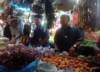 Tim Kementrian Perdagangan saat meninjau langsung harga Sembako di Pasar Sentral Sorong.