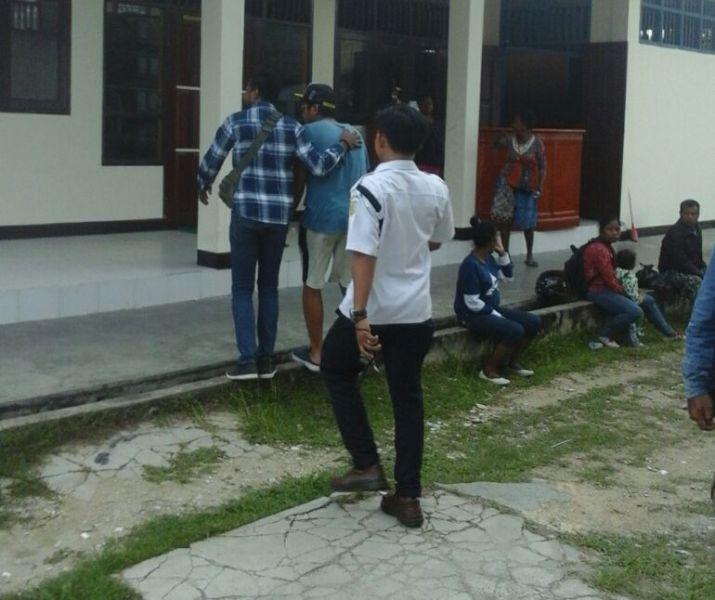 SHS (baju biru dan topi) saat digiring Jaksa ke ruang tahanan kejaksaan