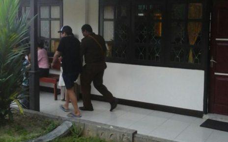 TWL (pakai topi) digiring Jaksa untuk dilakukan pemeriksaan.