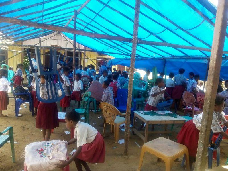 Ratusan siswa SD Waho terpaksa melaksanakan ujian sekolah di bawah tenda darurat lantaran gedung sekolah dipalang pemilik ulayat.