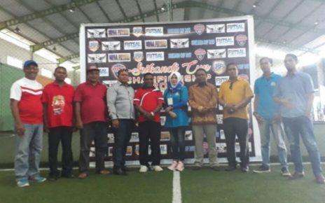 Hj Badrana Saleh (jilbab putih) foto bersama Anggota DPRD Kota Sorong Syarif Nari, Dekan Fakultas Hukum UMS Kariadi, Hadi Tuasikal dan beberapa tamu undangan usai pembukaan kegiatan Futsal Srikandi Cup 1 di Lapangan Futsal Mega Mall, Sabtu (9/12).