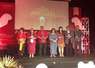 Arsist Merdeka Sirait, Ketua KOMNAS Perlindungan Anak menerima penghargaan dari Imacullata Autism Boarding School.