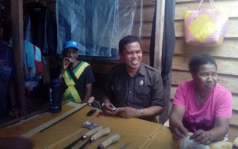 Syarif Nari saat berdiskusi dengan pedagang mama papua