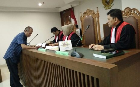 Adjid, saat mencabut gugatan di Pengadilan Negeri Jakarta.