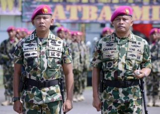 Komandan Batalyon Marinir Pertahanan Pangkalan XIV Sorong, Mayor Moch Chanan Asfihani (kanan) bersama Letkol Mar Hariyono,saat upacara Sertijab di Surabaya.