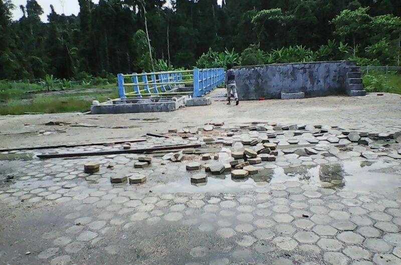 Fasilitas jalan yang dibangun tampak rusak