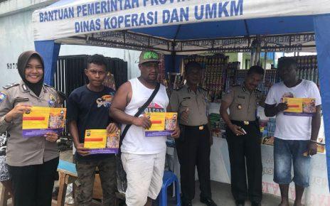 Polda Papua Barat saat memberikan himbauan kepada pedagang kembang api sekaligus membagikan pamflet himbauan