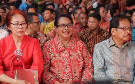 Menteri PPPA , Yohana Yembise (tengah) saat menghadiri Natal Nasional di Pontianak.
