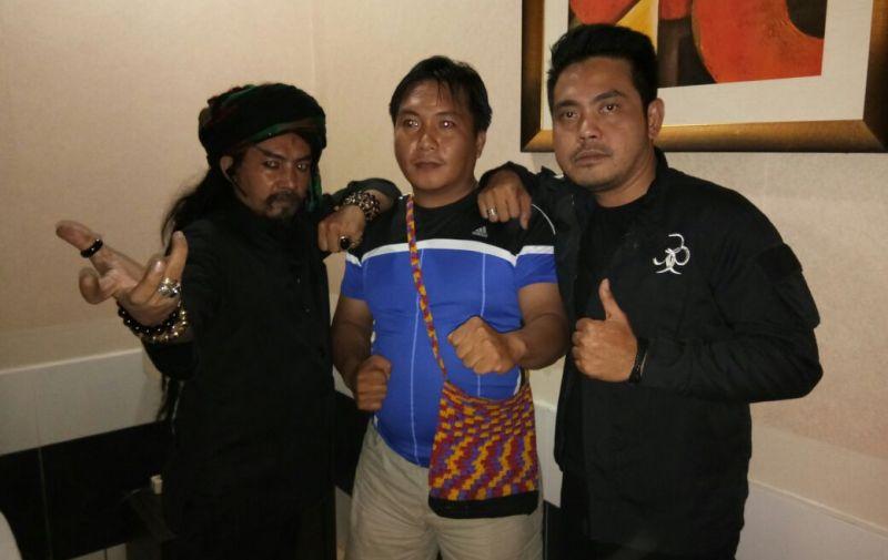 Ronal, wartawan sorongraya.co (tengah) saat foto bersama dengan Master Limbat dan Master Oge di KBH, Sabtu, (30/12/17).