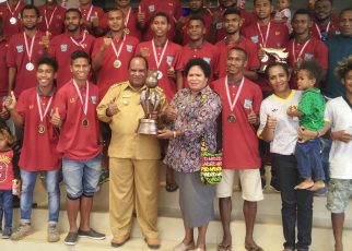Walikota Sorong, Drs. Ec, Lambert Jitmau, MM, bersama Ketua DPRD Kota Sorong, Petronela Kambuaya, S.Pd saat menerima piala Raja Ampat dari FC Persikos di kantor Walikota Sorong.