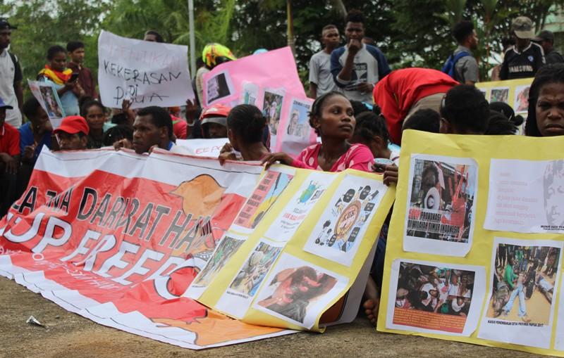 Massa menduduki kantor DPRD Kota Sorong