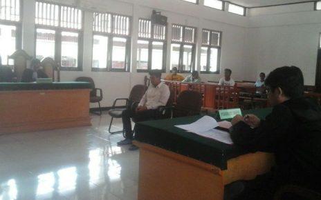 SHS saat menjalanai sidang perdana di Pengadilan Negeri kelas IIb Sorong