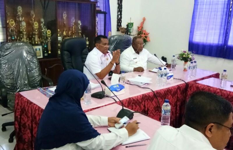 Bupati Kaimana, Drs Matias Mairuma didampingi wakil bupati menjawab tuntutan mahasiswa.