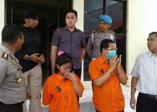 Kedua tersangka HS dan I saat diserahkan oleh Polres Sorong ke Kejaksaan Negeri Sorong