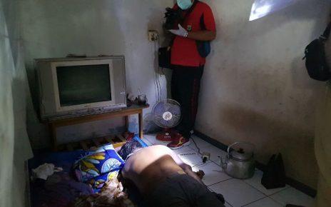 Polisi saat melakukan olah TKP di rumah korban Sobirin