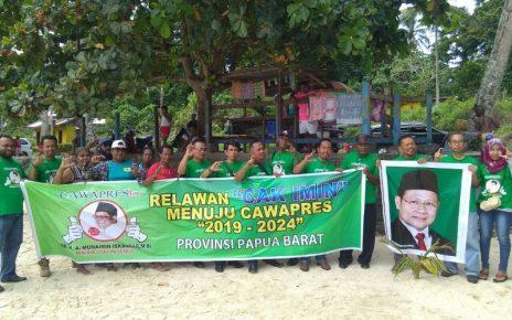 Komunitas Pecinta Gusdur Deklarasi Muhaimin Iskandar Sebagai Cawapres di Pantai Pasir Putih Manokwari, Papua Barat.
