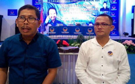 Ketua KSN DPP Partai NasDem, I Gusti Putu Artha (biru) dan Ketua KSN Partai NasDem Papua Barat, Ranley HL Mansawan (putih)