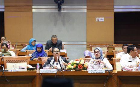 Mentri PPPA, Yohana Yambise saat menghadiri rapat dengar pendapat dengan Anggota DPR RI Komisi VIII