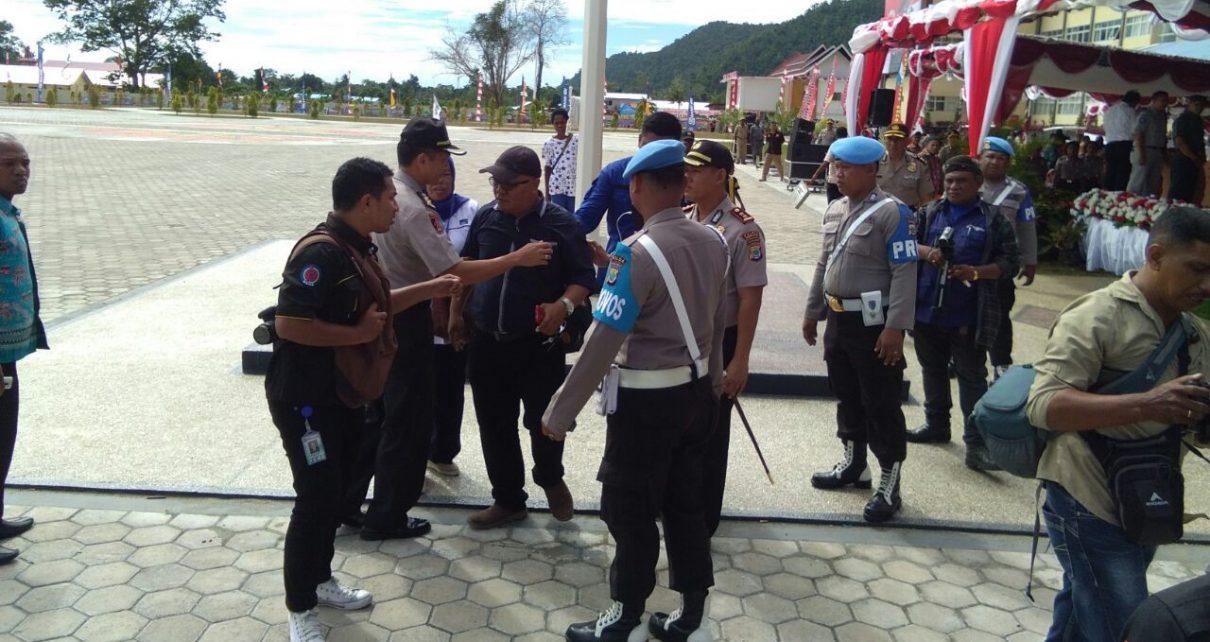 Wartawan Manokwari dihadang anggota polisi saat meliput peresmian Kantor Polda Papua Barat