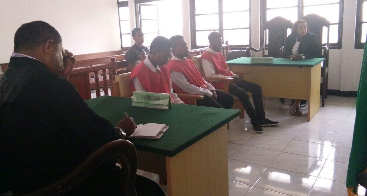 Marthen Ayergit (26), Delvius Milli (19), dan Daniel Rumbekwan (24) saat mendengar putusan majelis hakim