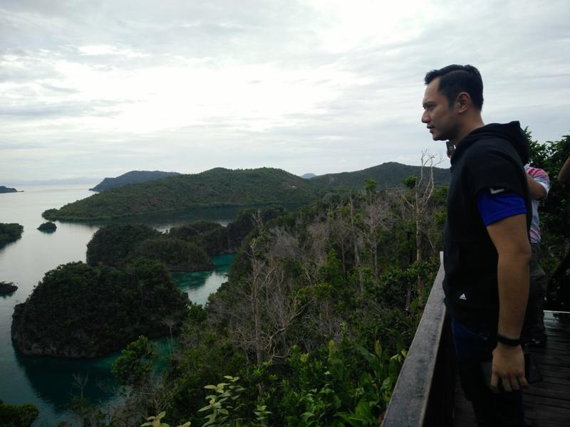 AHY saat memandang alam Raja Ampat dari bukit Piaynemo