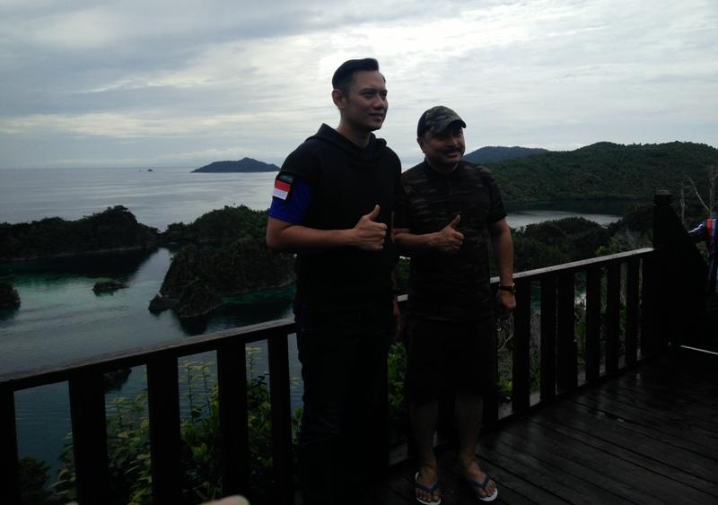 Berpose bersama Michael Watimena di puncak Piaynemo