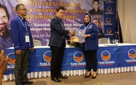 Penyerahan SK Garnita Malahayati Kepada Nurhaya Umar