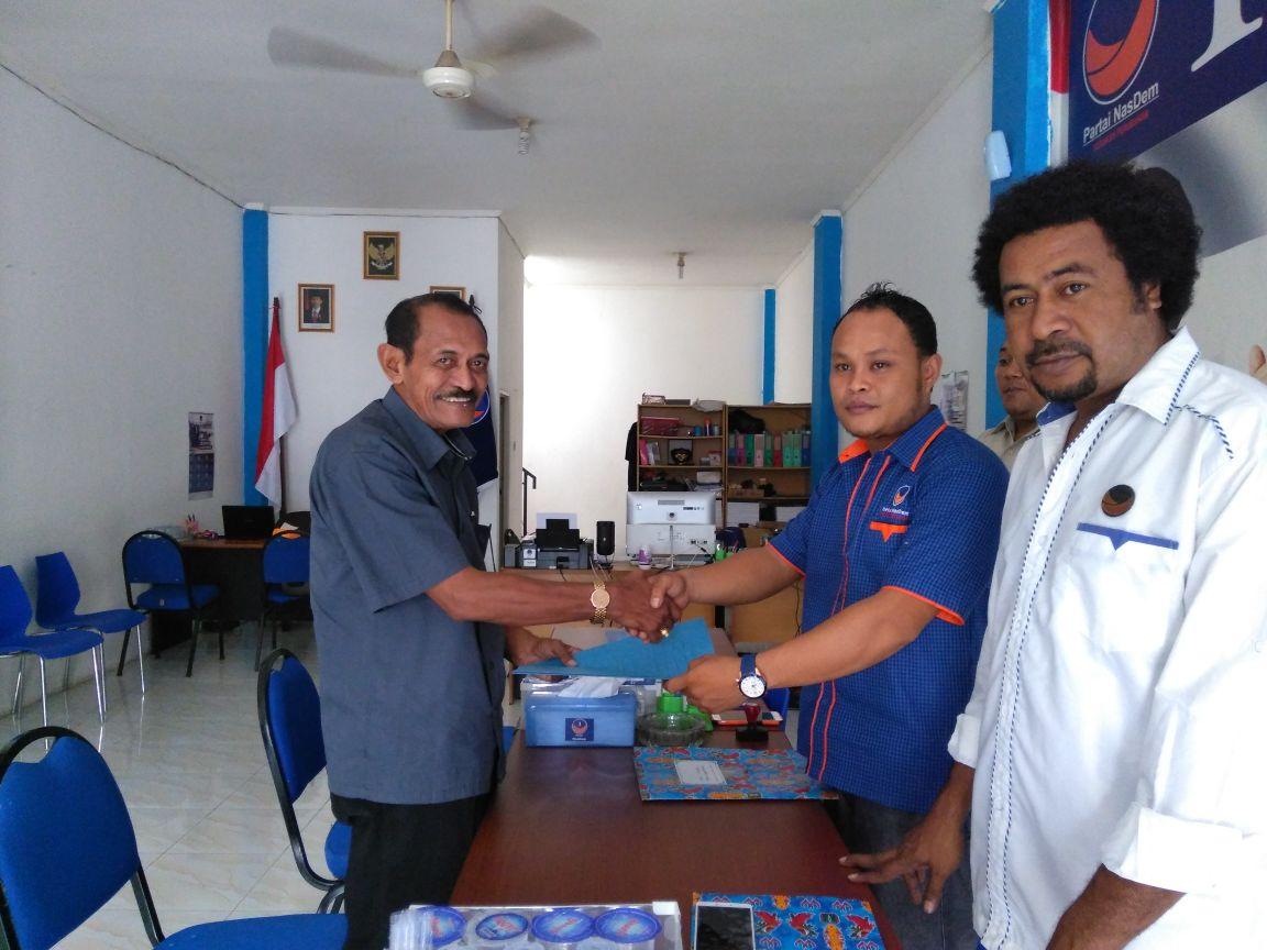 Bacaleg DPR-RI, Ishak Laurens Halattu mengembalikan formulir pendaftaran dan diterima Tim Penjaringan Bacaleg DPW Partai NasDem Papua Barat, Senin (26/02/2018)