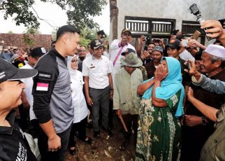 AHY saat disambut warga Banten yang mengalami korban gempa bumi di Lebak Banten