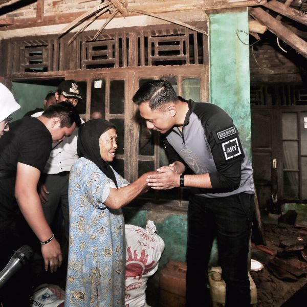 AHY Mendatangi rumah salah satu korban gempa yang rusak parah